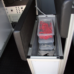 Schowek na akcesoria w siedzisku w samochodzie inspekcyjnym